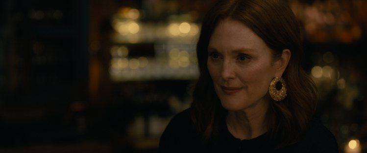 茱莉安摩爾在劇中配戴蕭邦頂級珠寶系列18K玫瑰金鑲嵌黃鑽與橘鑽耳環。圖/蕭邦提供
