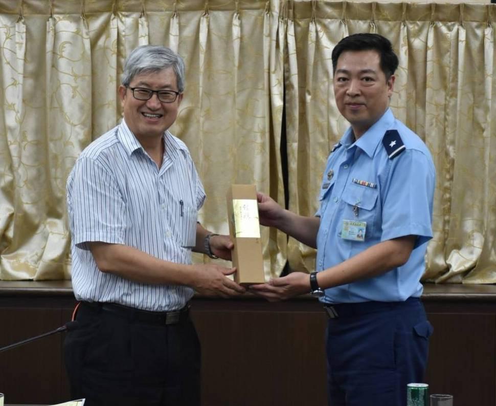 高師大校長吳連賞(左)拜訪屏東基地空軍第一後勤指揮部,簽署策略聯盟MOU。圖/高...