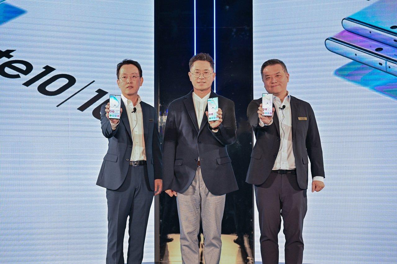 圖左起台灣三星電子總經理李大成、三星電子大中華區總裁權桂賢、台灣三星電子行動與資...