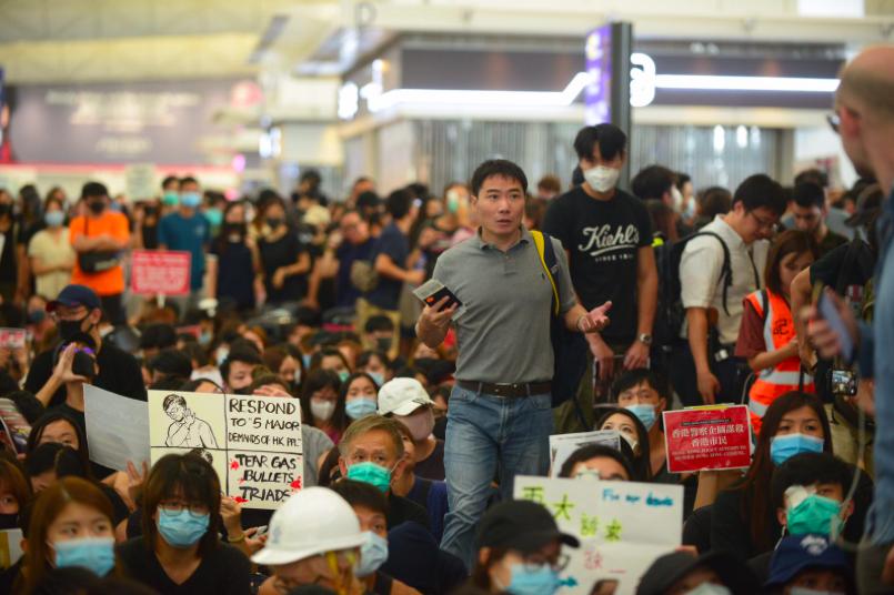 十三日,香港機場離境大廳擠滿抗議香港警方濫用暴力,不滿警方執法和反對政府修例的民...