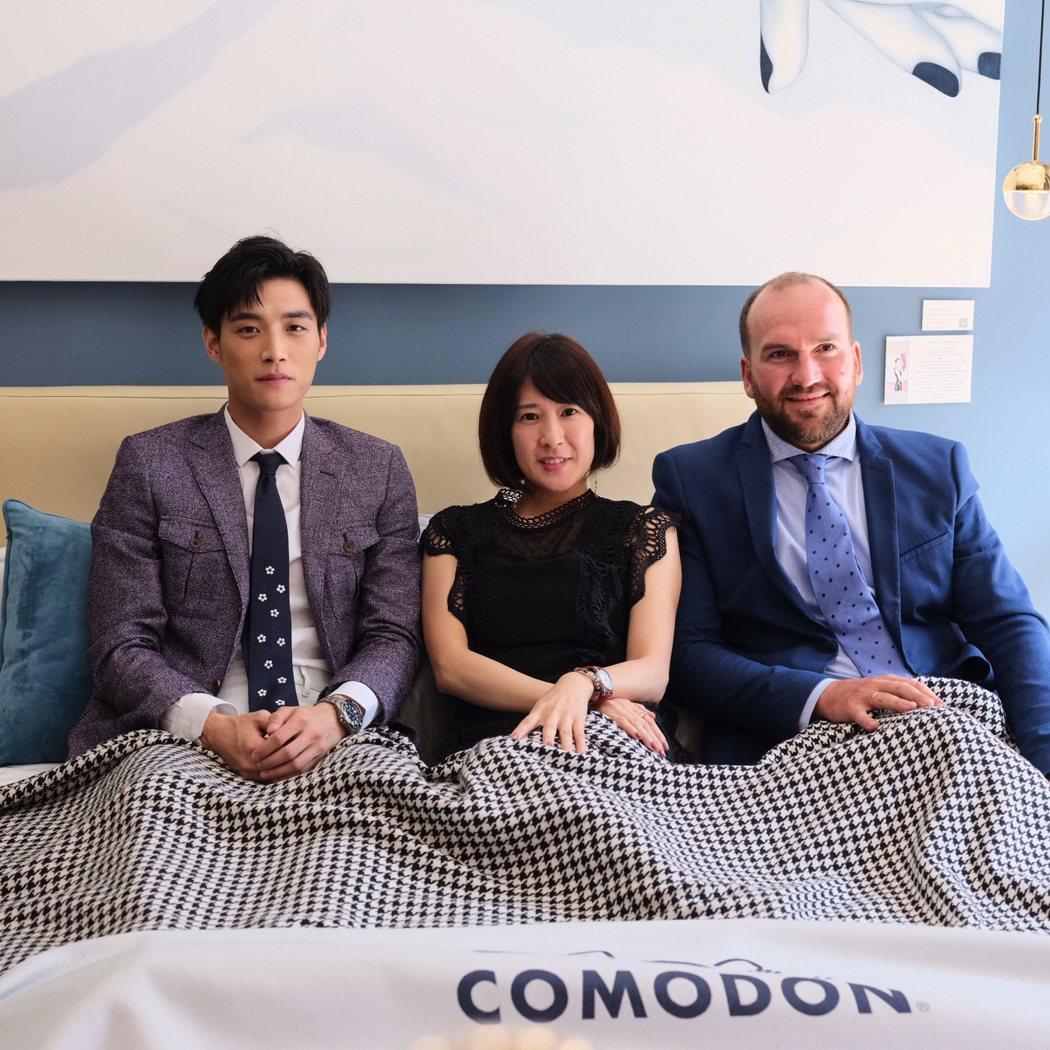 陳彥名(左)與台灣品牌執行長劉莘翎、西班牙執行長Fausto共同躺床體驗。圖/馬