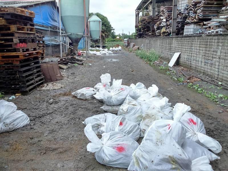 彰化縣又有1家土雞場感染禽流感,全場土雞遭撲殺。照片/彰化縣動防所提供