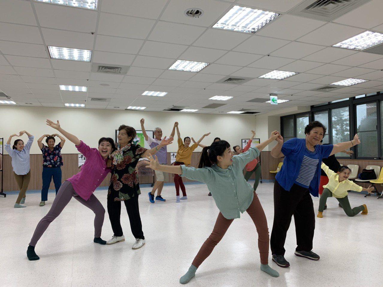 6、70歲和20歲的青春舞者一起熱舞,國內第一場大膽的老少配舞團,將登上北港文化...