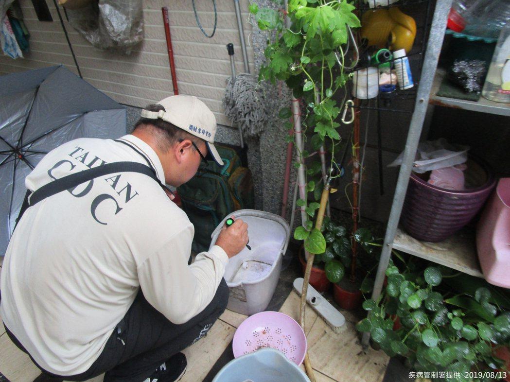 疾管署防疫人員前往高雄市仁武區執行孳生源查核。圖/疾管署提供