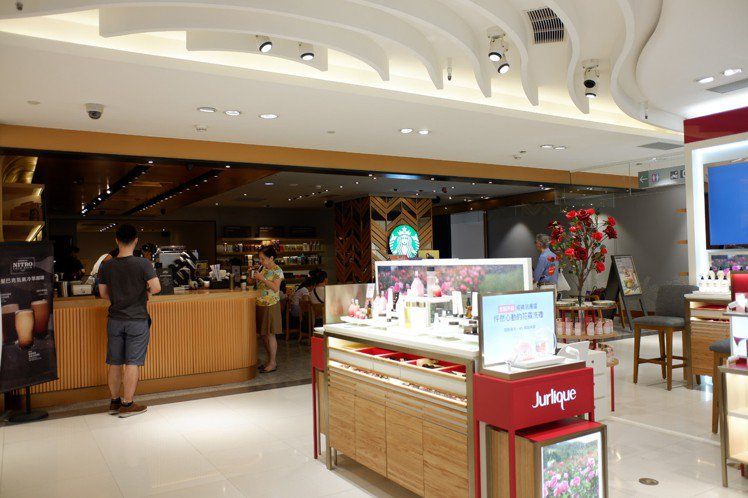 SOGO復興館B1也新增了星巴克,購物之餘還可愜意坐下喝杯咖啡。記者江佩君/攝影