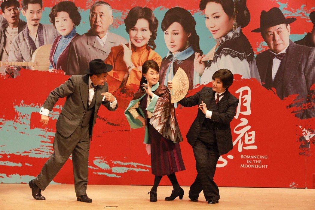 「月夜情愁」蔡振南(左起)、小咪、唐美雲精彩對手戲。圖/唐美雲歌仔戲團提供