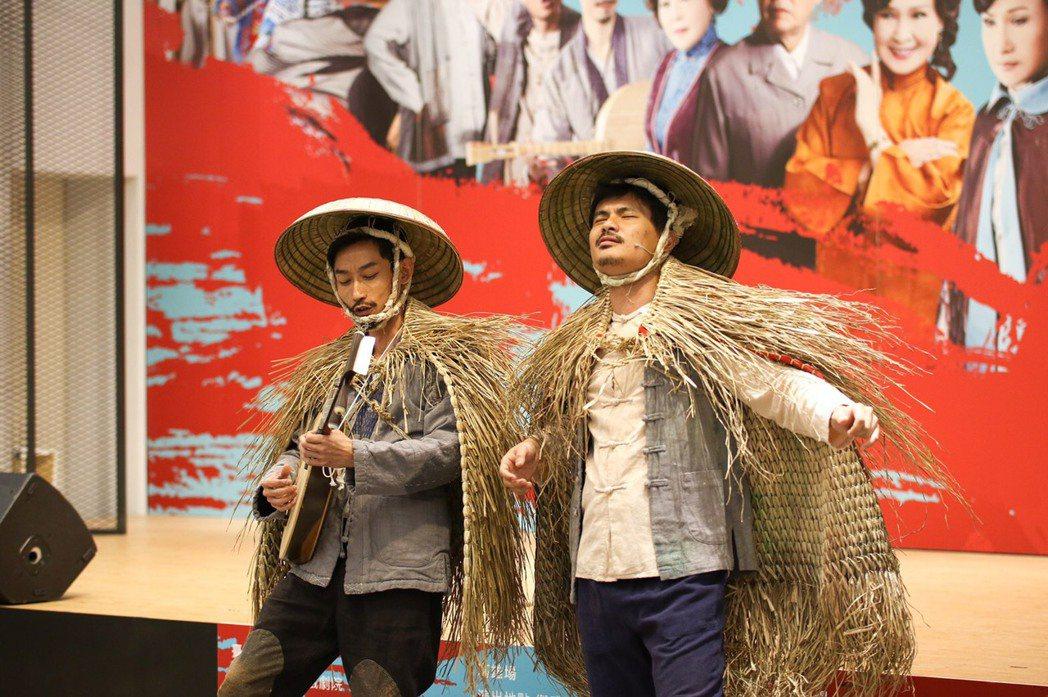 陳竹昇(左)為了「月夜情愁」苦練月琴。圖/唐美雲歌仔戲團提供