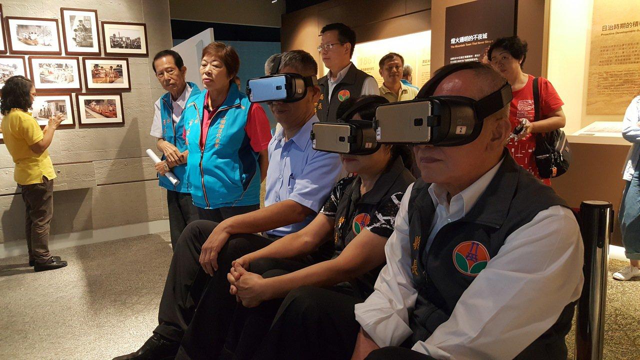 苗栗縣長徐耀昌(右)以VR嘗試體驗搭乘地軌纜車。記者胡蓬生/攝影