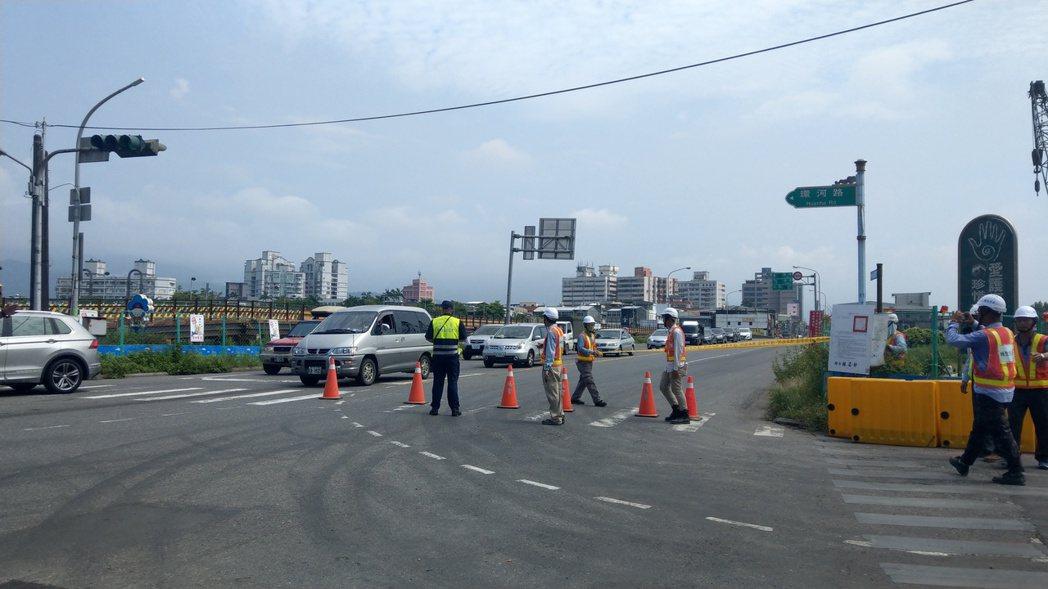 宜蘭橋13日上午封橋,警方在橋頭拉起警戒線,民眾紛紛到場見證歷史性的一刻。 記者...