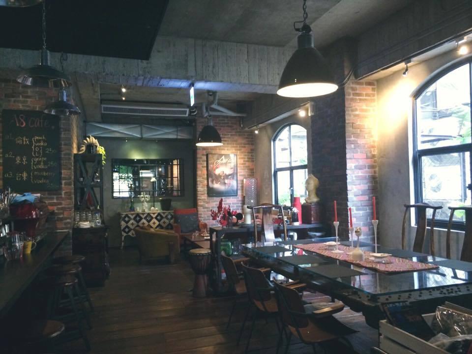 張惠妹投資的店「A8 Cafe」布置充滿工業風。圖/摘自臉書