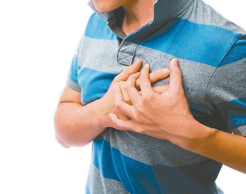 醫師提醒,心肌梗塞通常會胸悶、胸痛、冒冷汗或暈眩、嘔吐、心律不整,最常見的胸悶狀況是猶如被重物壓住。 圖/聯合報系資料照片
