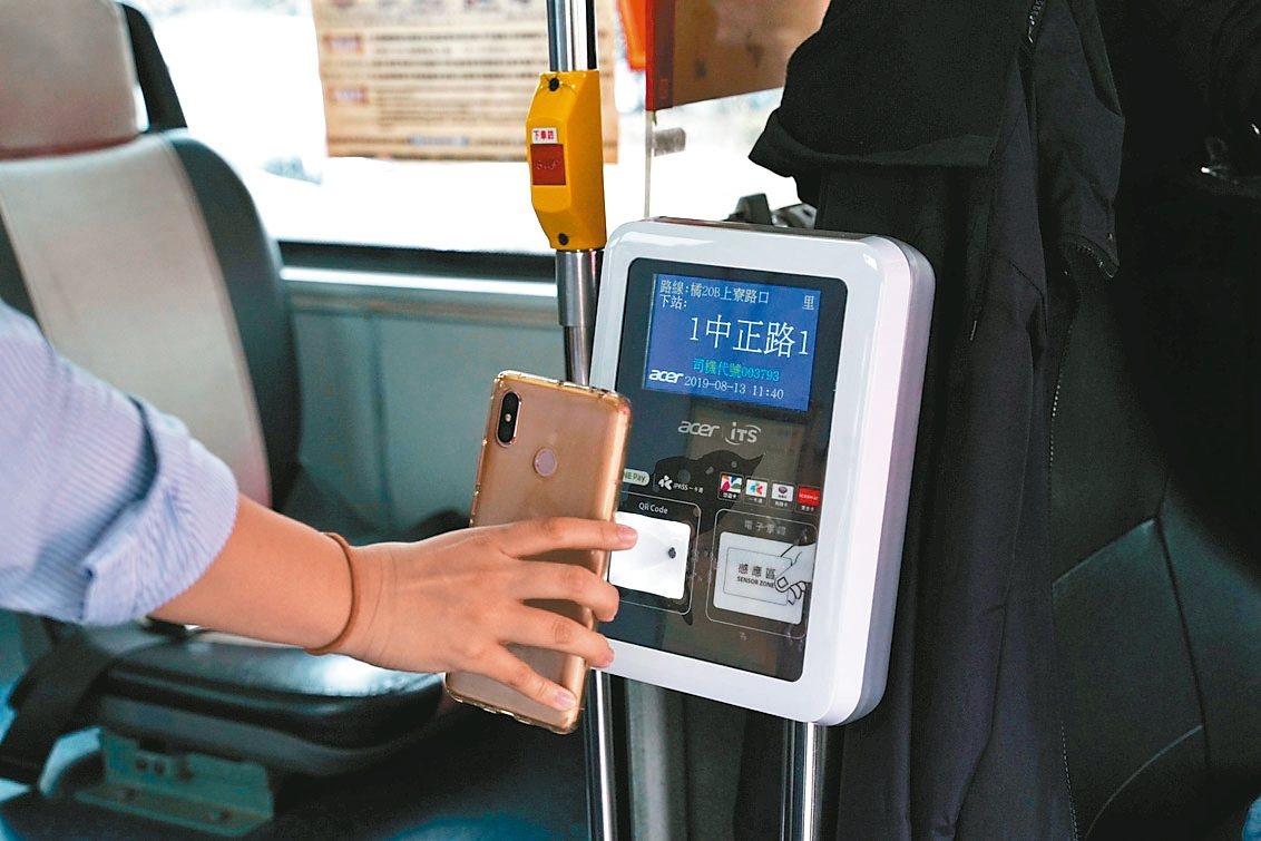 高雄市府交通局與宏碁智通公司及一卡通公司合作,在高雄市公車試辦使用手機QR Co...