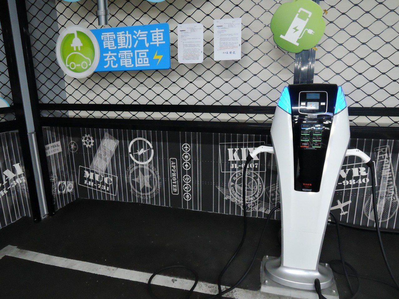 交通局表示,雖然將原本電動車優惠調整為停車收費,但還是會提供充電免費服務。 圖/...