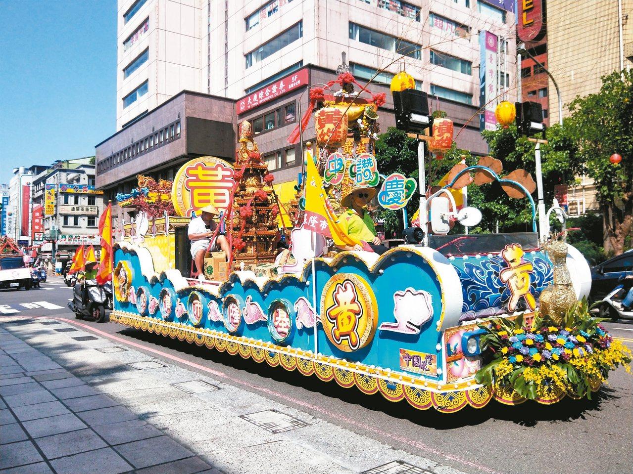 基隆中元祭昨天中午在市區進行迎斗燈遶境遊行。 記者游明煌/攝影