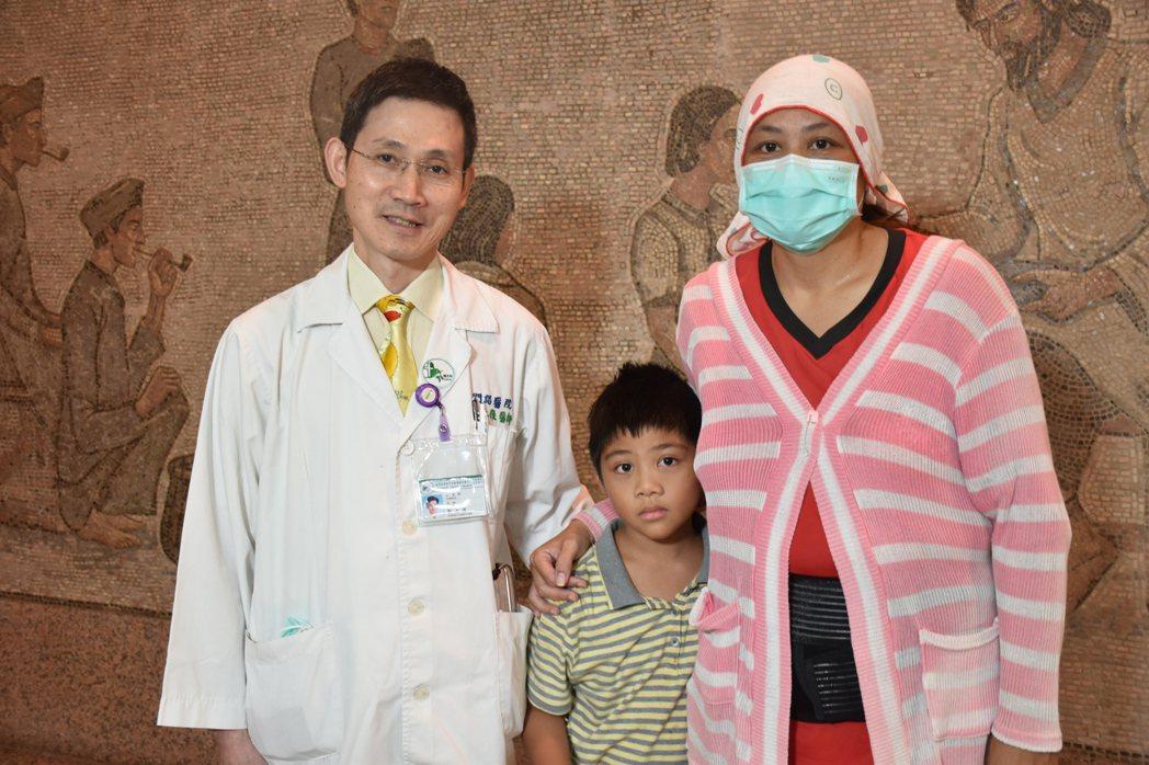 門諾醫院小兒科主任鄭永隆(左)指出,小布丁後鼻孔狹窄,治療後已改善,小布丁媽媽(...