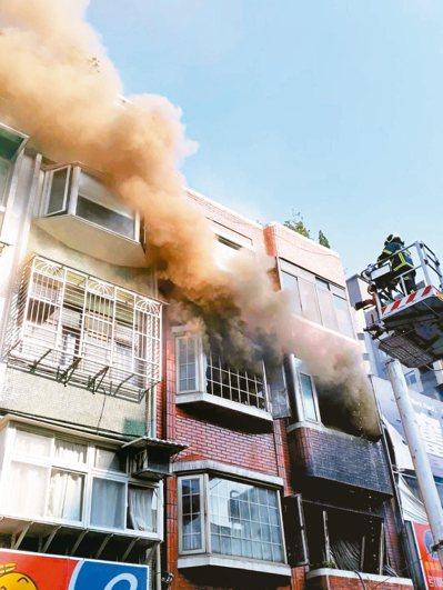 北市北投區明德路昨天一處鐵皮屋火警,並延燒到隔壁公寓,劉姓兩姊妹不幸喪生。 記者...