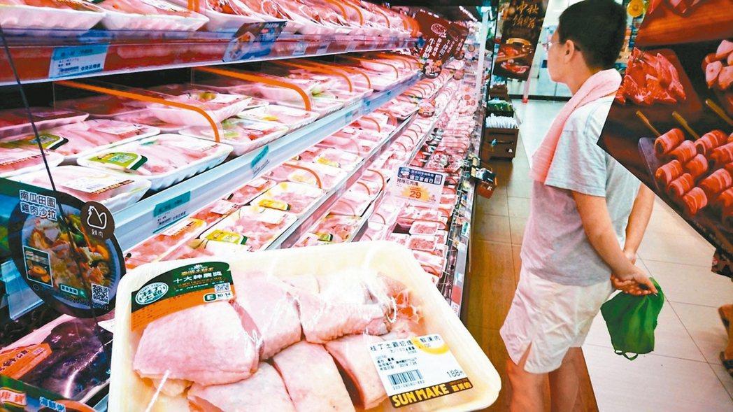 衛福部將鼓勵業者在雞肉包裝標示屠宰日期,讓消費者了解肉品出廠時間,預計試辦半年後...