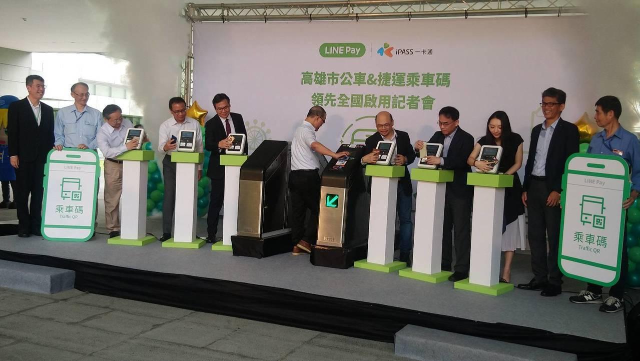 高雄市府交通局與宏碁智通公司及一卡通公司合作,昨天宣布全國首創,要在利用高雄市公...