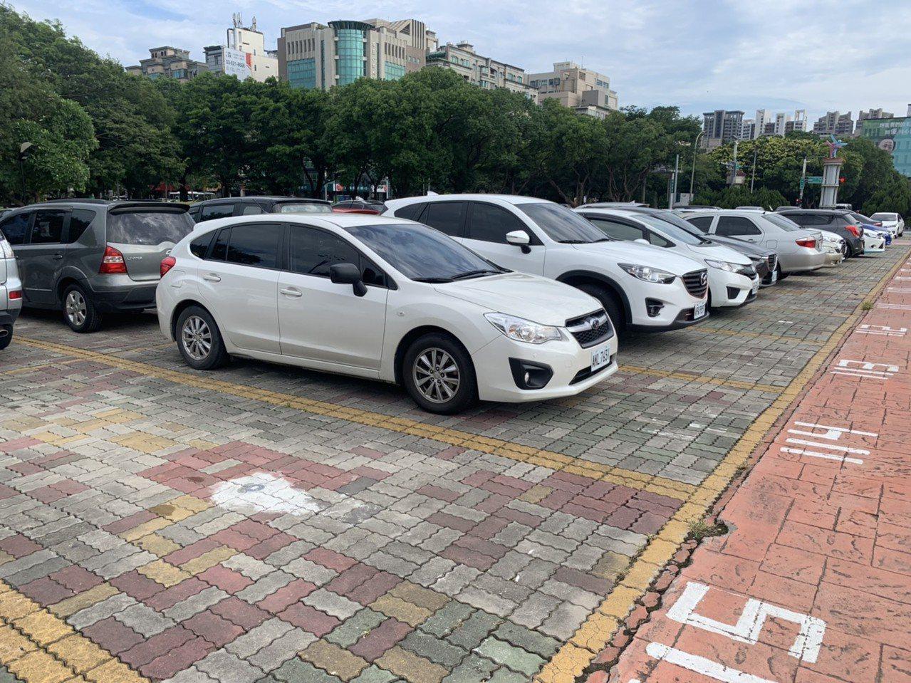地磁系統會偵測車格的停車狀態,民眾透過手機通訊軟體line加入遠傳「Parkin...