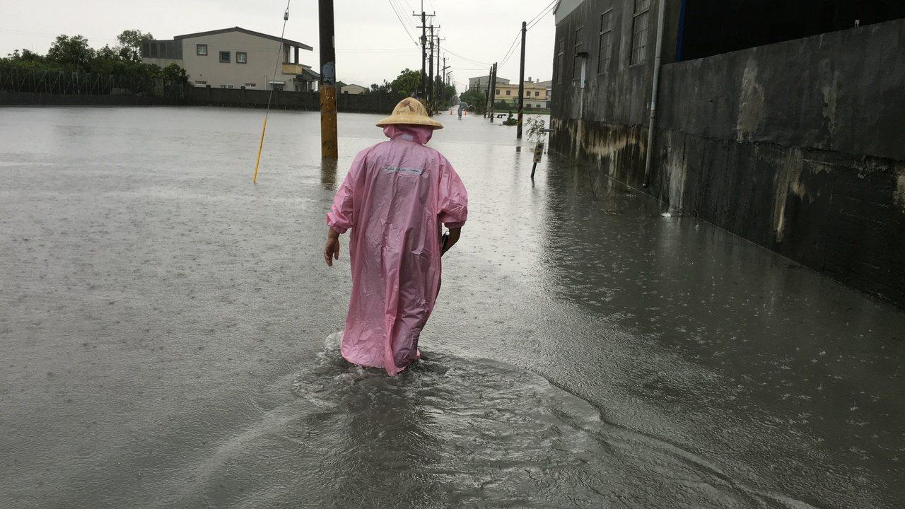 雲林縣昨天清晨多處地方豪雨成災,部分農田、道路積水嚴重,直到中午才逐漸消退。 記...