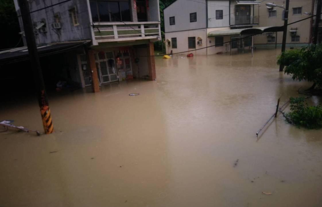 暴雨襲擊高雄,高雄田寮區新路部落有九戶住家,因二仁溪暴漲導致淹水超過一百公分。 ...