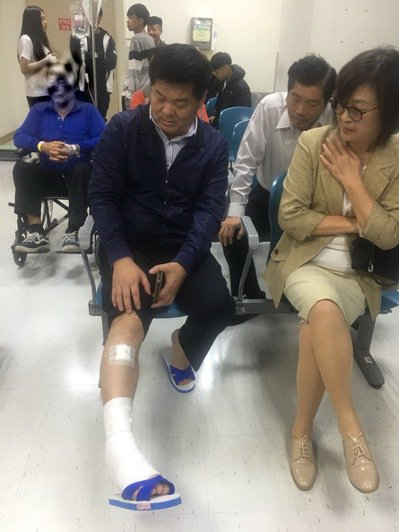 去年底遭人持棍棒在高鐵站前公然攻擊受傷的許忠富,立委蘇治芬第一時間趕赴醫院探望。...