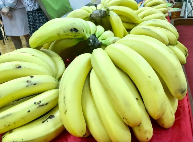 命理老師徐英忠說,普度水果並無禁忌。 記者江國豪/攝影