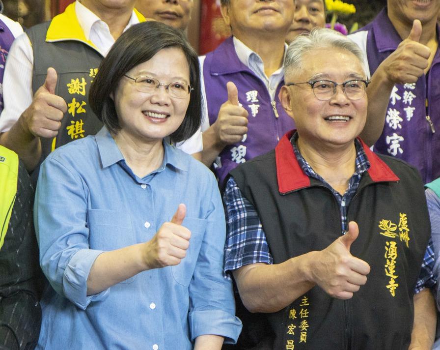 湧蓮寺主委陳宏昌(右)與總統蔡英文(左)。圖/聯合報系資料照片
