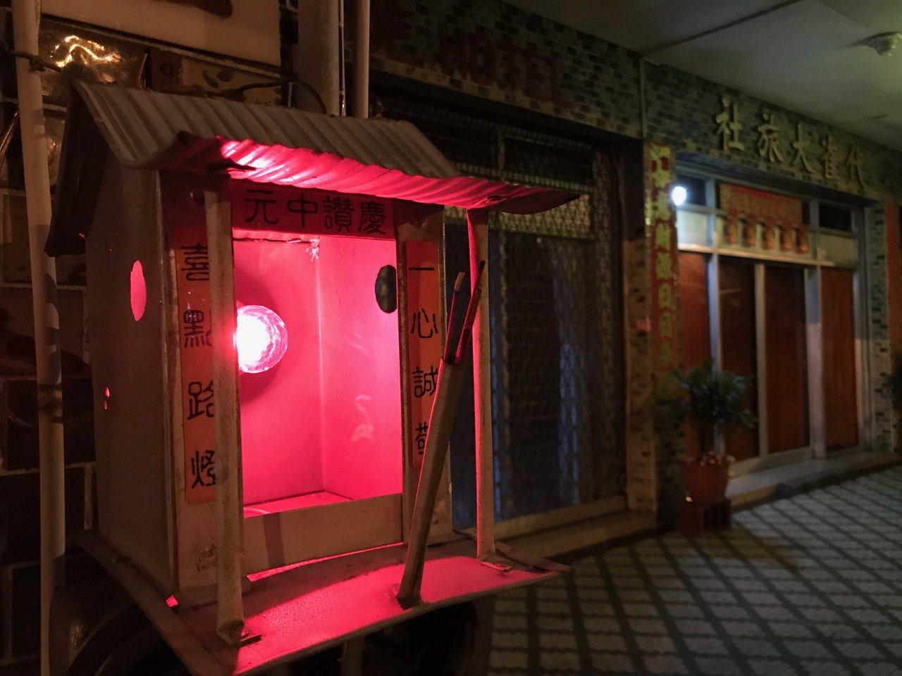 代雀大旅社農曆七月期間會在門口擺放著一盞普度公燈,在夜晚中泛著紅色的光芒,再點上...