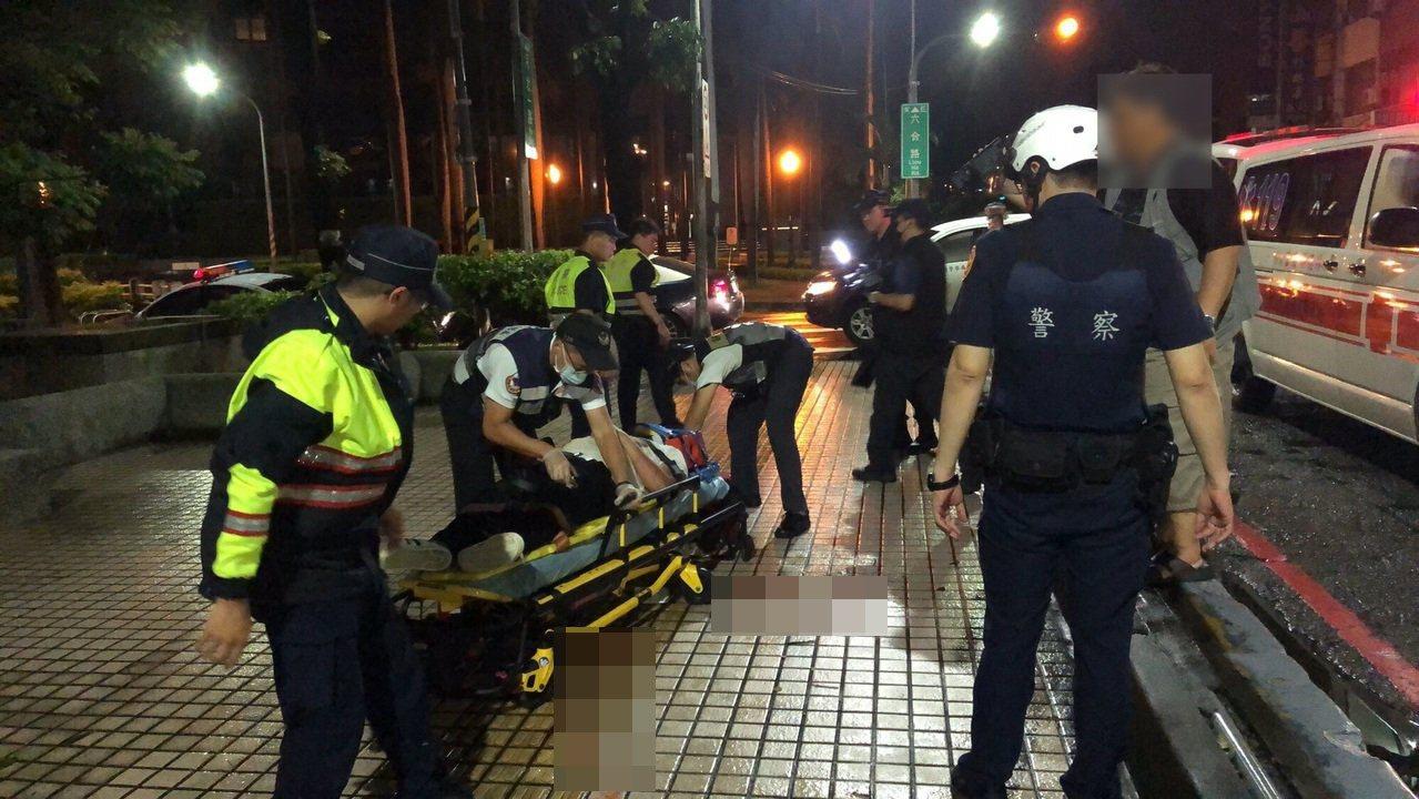 高雄苓雅區大統百貨前一身著白衣的男子遭到3名男子沿路毆打,警方到場時,在現場見到...