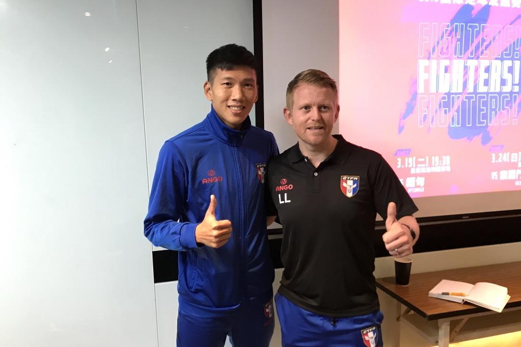 中華男足隊長吳俊青(左)與主帥蘭卡斯特(右)。 聯合報系資料照