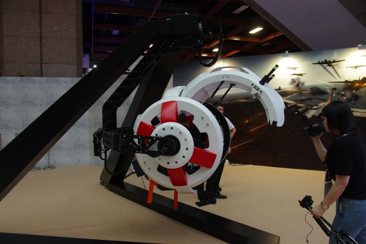 B-17砲塔模擬射擊系統,娛樂性頗高,但恐難免大排長龍。記者程嘉文/攝影