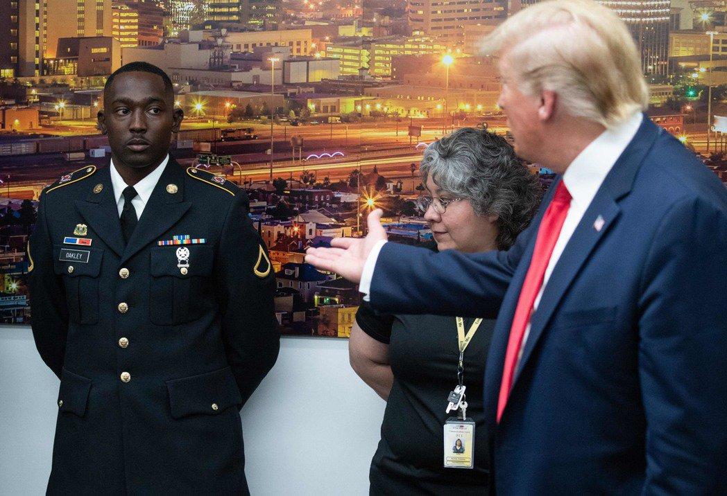 川普7日接見在德州艾爾帕索槍擊案救出多名兒童的軍人歐克里(左),稱讚他帥得可以去...