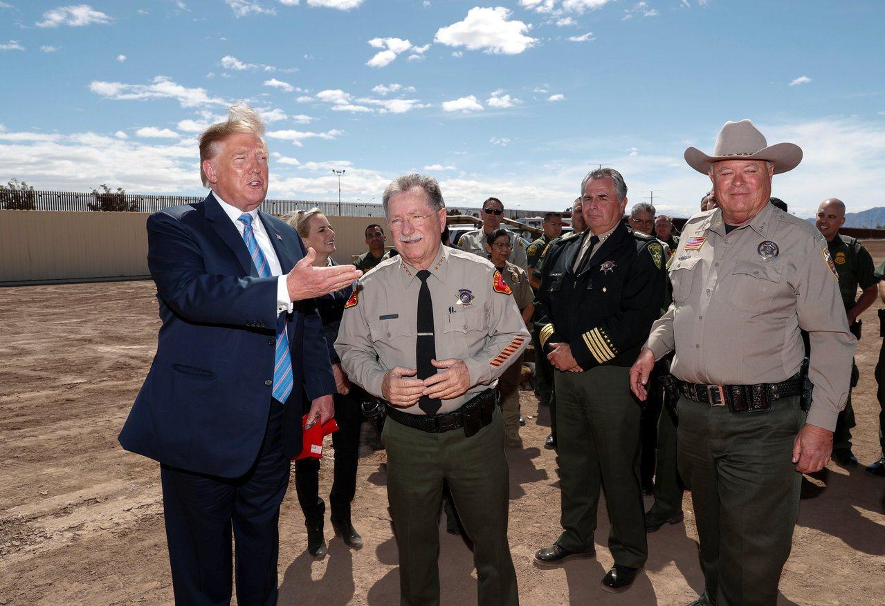 川普(左)今年4月走訪加州的美墨邊界,邀請當地警長發表意見,還稱讚大家都很帥。(...