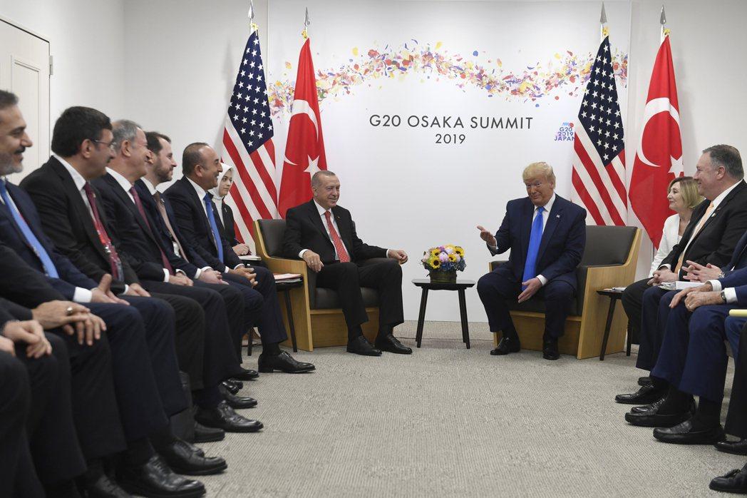 今年6月,川普和土耳其總統厄多安在G20峰會舉行場邊會談,對土國代表團的顏值讚譽...