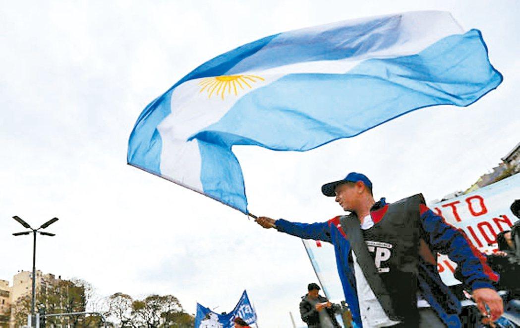 阿根廷總統大選結果導致股、匯、債下挫。專家建議布局美元資產、避開新興市場動盪。 ...