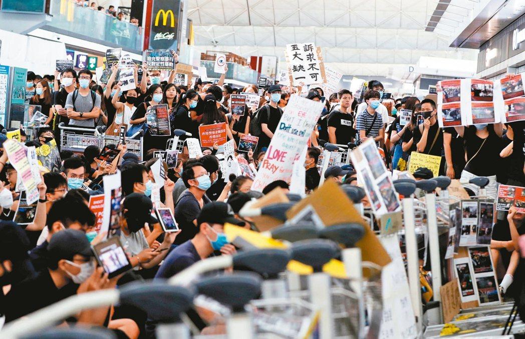 香港機場昨天因「反送中」民眾抗爭導致連續第二天癱瘓。 路透