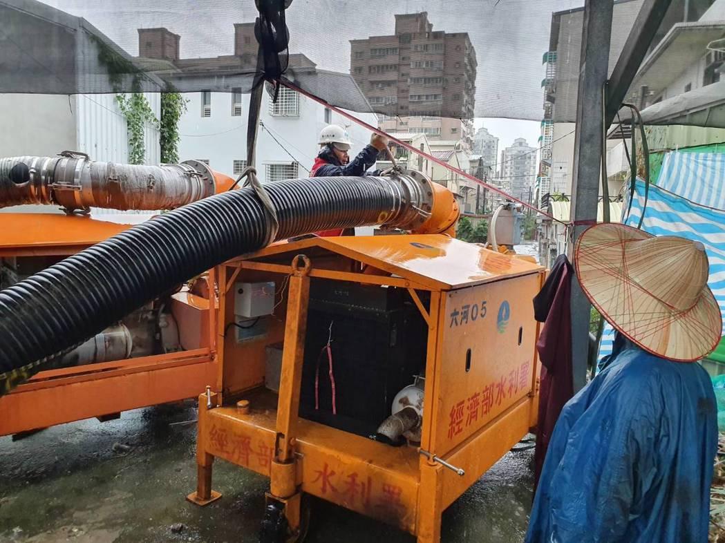 第六河川局支援移動式抽水機預佈於臺南市永康區中華路154巷。水利署第六河川局/提...