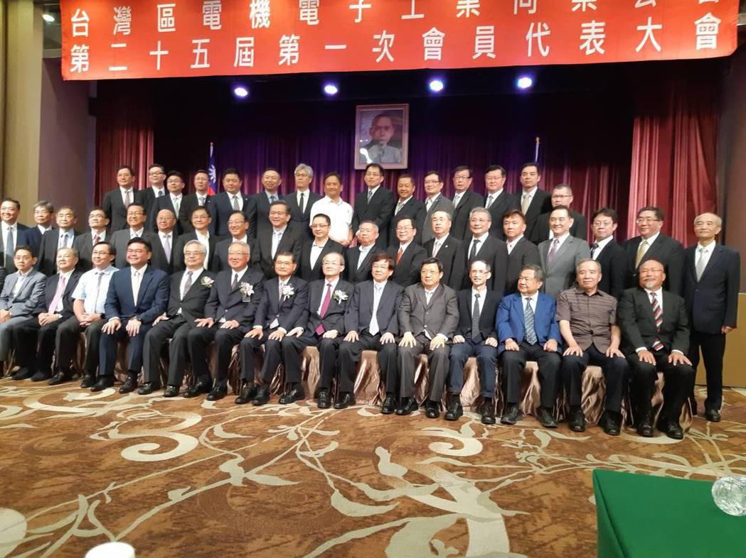 電電公會第25屆理監事成員合影。 公會/提供