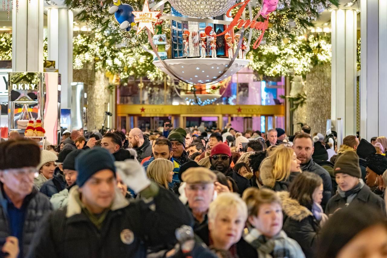 川普延緩中國商品加稅,宣稱怕影響耶誕季購物。圖為紐約梅西百貨去年耶誕購物季人潮...