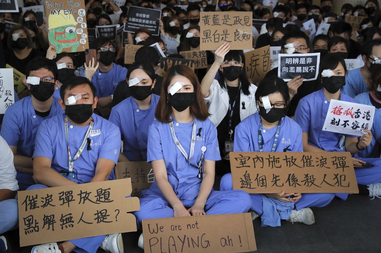香港醫護靜坐,教師接力上街頭。 美聯社