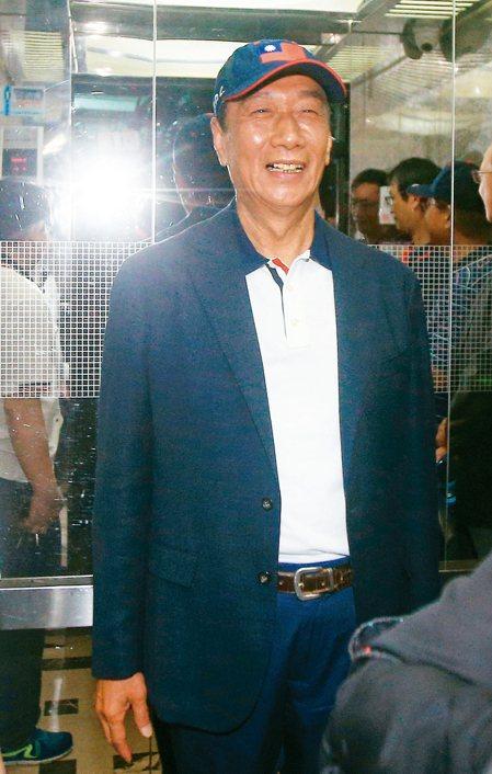 鴻海創辦人郭台銘(見圖)上午出席永齡基金會活動,面對記者提問與柯文哲會面及總統大...