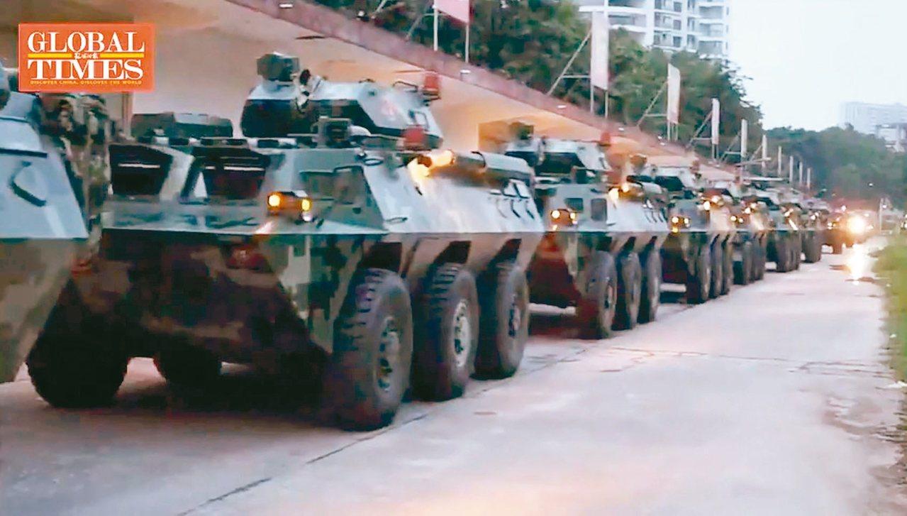 環球時報日前推特放上大陸武警駛往深圳的影片。 圖/擷自環球時報Twitter影片