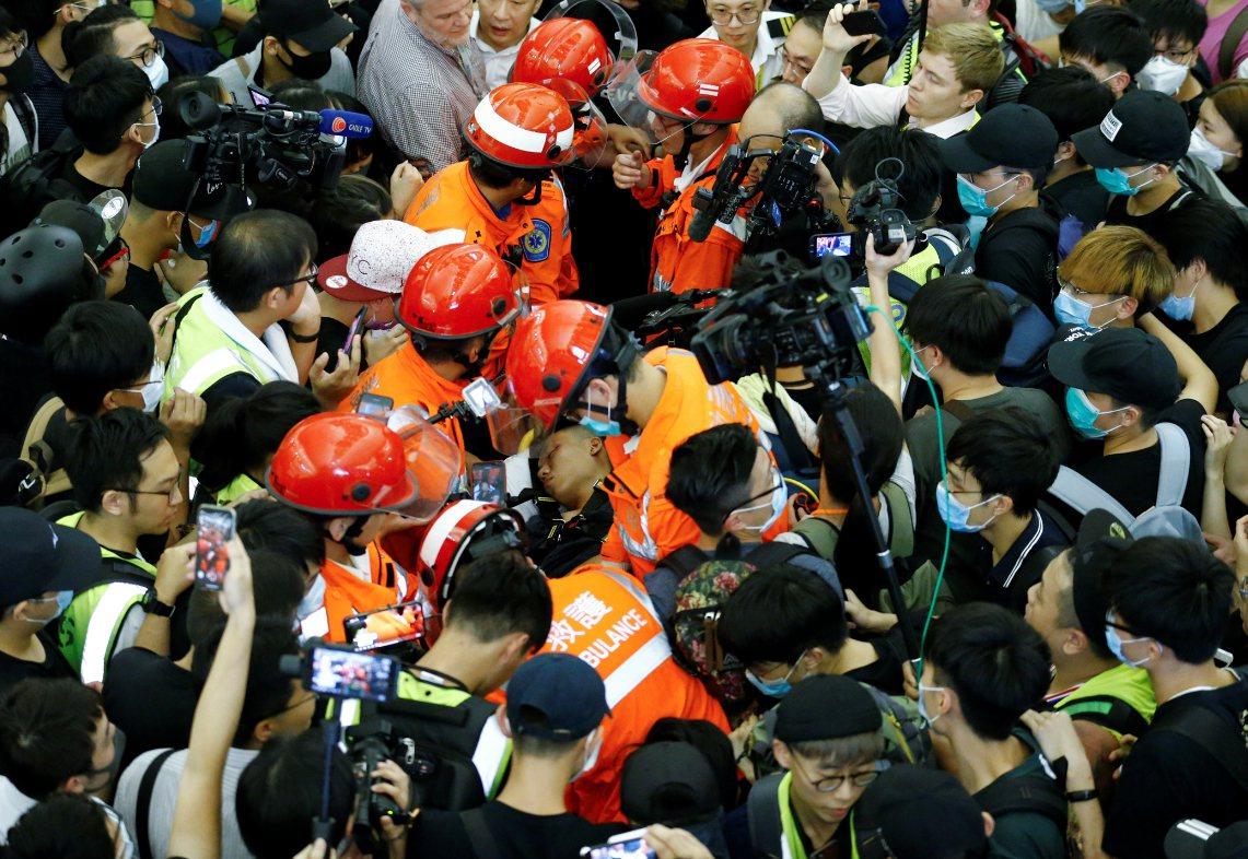 一名疑是中國公安的男子昨晚在機場被反送中示威者包圍,一度禁止救護員把他送醫。 路...