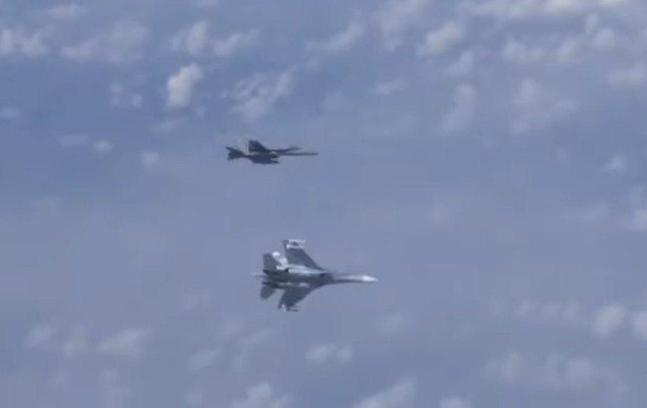 一架俄國戰機迅速左傾,往北約戰機方向移動,迫使北約戰機也改變方向向左飛行。 圖擷...