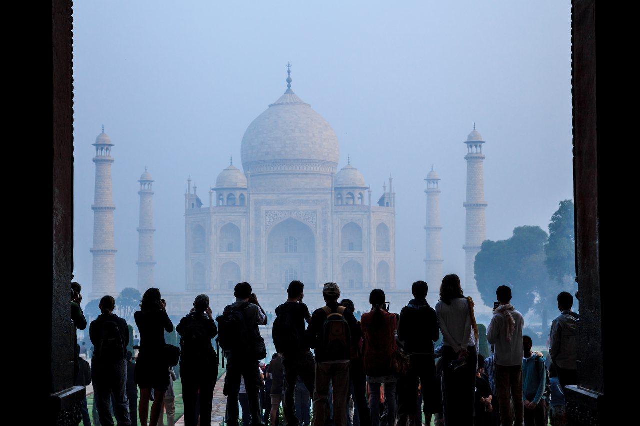 印度空污嚴重,泰姬瑪哈陵看起來十分模糊。圖/ingimage