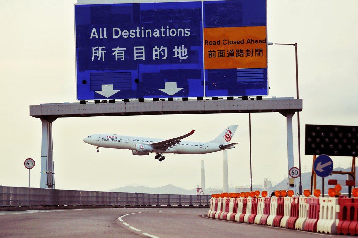 8月13日,香港反送中示威者佔領赤鱲角機場後,癱瘓機場效能。圖為當日一架國泰港龍...