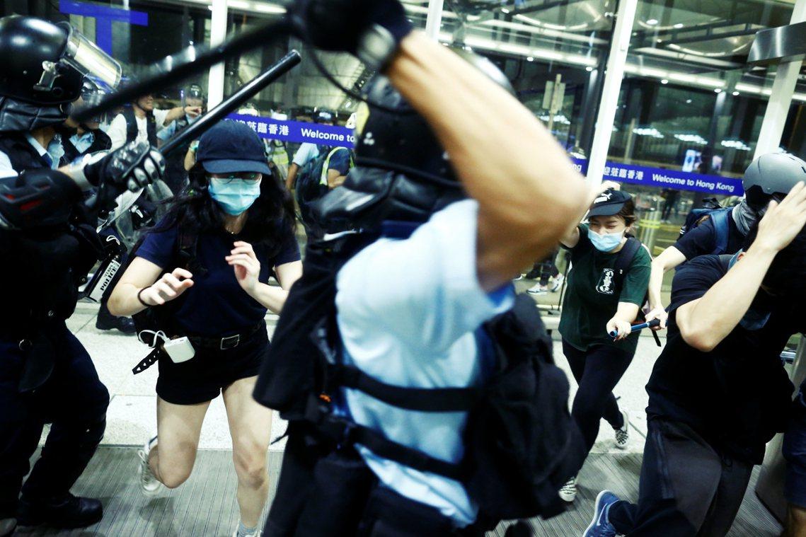 警民在機場爆發衝突。 圖/路透社