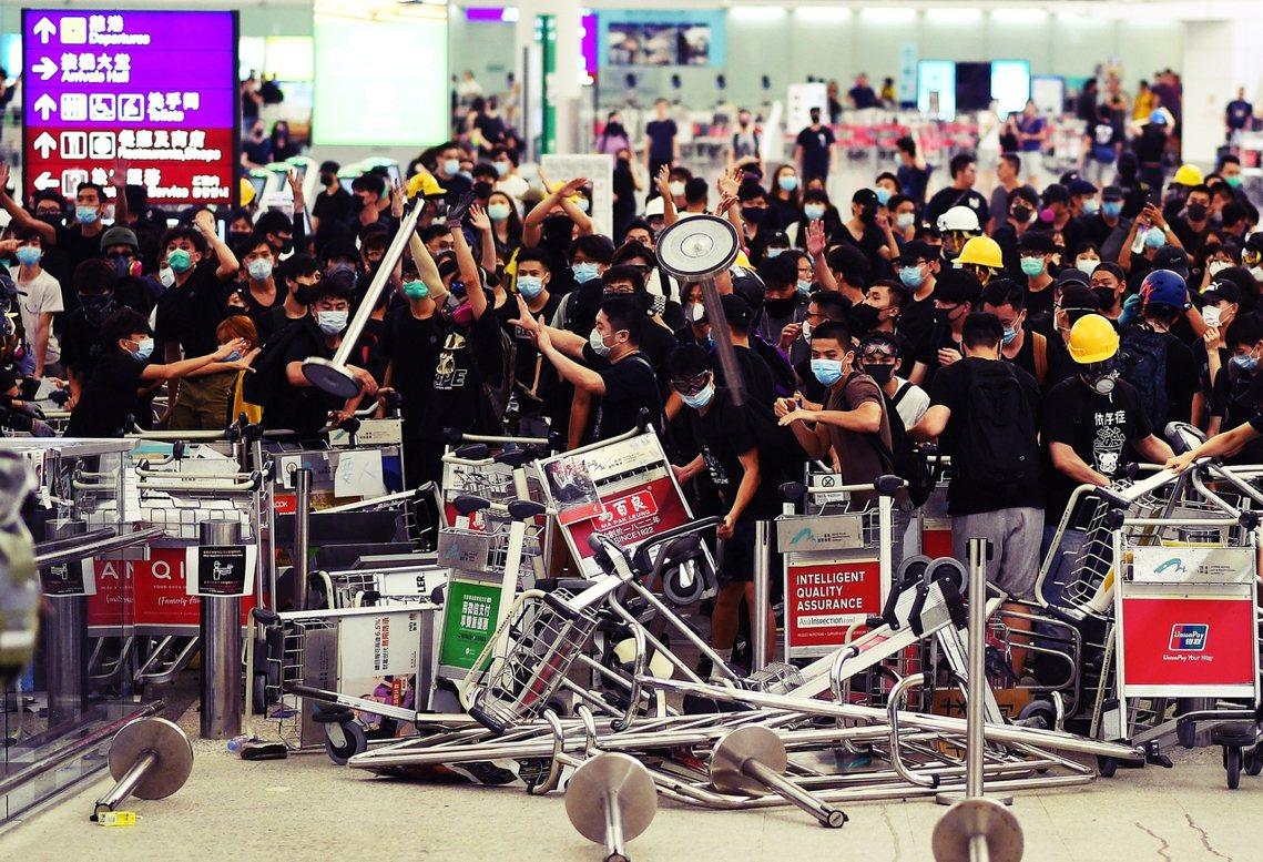 部份行動者主張,應把「被動影響」改為「主動封鎖」,就算耽誤了國際旅客的航班行程,...