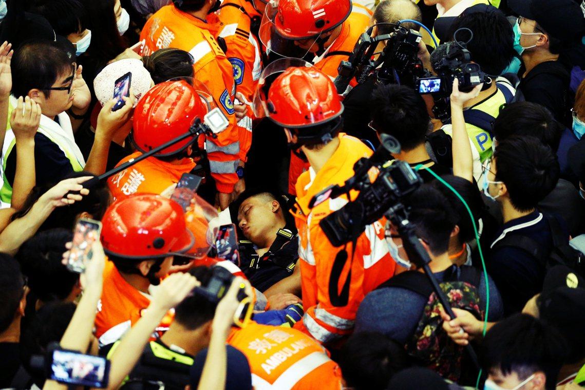 根據香港《蘋果日報》的現場說法,當時警察出現時,中國籍男子與醫護團隊,已被放人派...